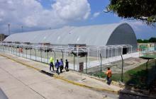 Carpa temporal para la zona de 'check-in' en el aeropuerto Ernesto Cortissoz.