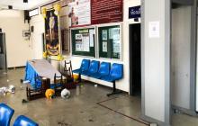 Decenas de prisioneros rompieron muebles y rompieron ventanas durante un motín en una cárcel tailandesa.