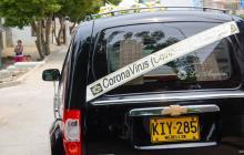 El carro fúnebre se pasea por toda la ciudad.
