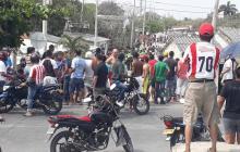 Residentes del barrio Las Américas aglomerados en la calle.