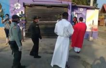 En video | Casa a casa Policía e Iglesia donan ramos de olivo y bendicen a familias samarias
