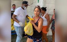 Noraldo Iriarte  'Chawala', productor de la Organización Musical Rey de Rocha (OMR), entregó los mercados en barrios vulnerables de Cartagena.