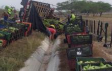 Los uniformados vigilaron para que el camión no fuera saqueado.