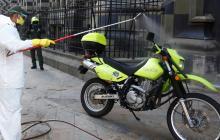 Personal desinfecta una moto de la Policía.