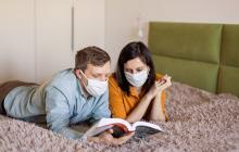 La pareja puede realizar actividades como leer, jugar, ver televisión.