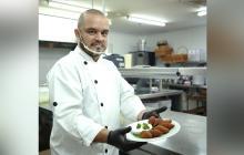 El chef Luis F. Villarroel presenta su plato.