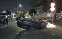 Choca con otro vehículo y huye, se estrella con un andén y termina volcado