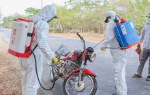Control sanitario en donde realizan desinfección a los vehículos que transitan por la vía.