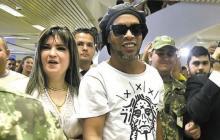 La empresaria Dalia López junto a la leyendsa del fútbol Ronaldinho.
