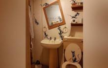 En confinamiento, Banksy instala su nueva obra en el interior de su baño