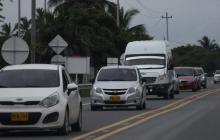 Vehículos transitan por una vía de la ciudad.