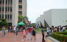 Estudiantes caminan por un pasillo de la sede norte de la Universidad del Atlántico