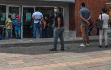 Ciudadanos en las afueras de una entidad en Barranquilla.