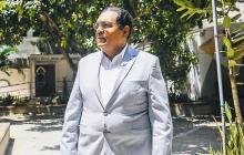 Rodolfo Pérez camina por la plazoleta de la Universidad Autónoma del Caribe