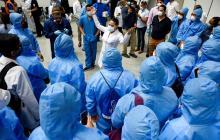 Médicos y trabajadores de salud se preparan en un improvisado hospital en el Centro de Convenciones, el 24 de abril de 2020, en la ciudad de Guayaquil