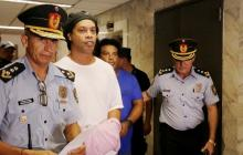Ronaldinho Gaúcho junto a agentes de Policía de Paraguay.
