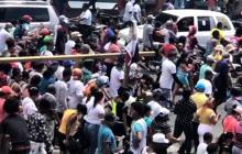 Una multitud se aglomera tras un dominicano que profetiza el fin de la COVID-19