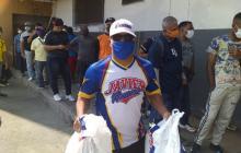 Alguno de los trabajadores beneficiados con los mercados solidarios de la Federación Colombiana de Béisbol.