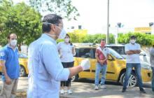 El alcalde Mello Castro cuando entregaba parte de los mil tapabocas a taxistas de  Valledupar.