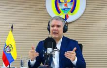 Presidente Duque habla desde su cabina de radio.