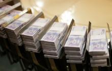 La máquina mueve fajos de billetes de la denominación de 50 mil pesos.