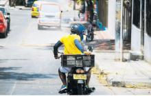 Un domiciliario se moviliza por uno de los barrios de la localidad Metropolitana donde presta su servicio.