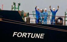 Trabajadores saludan desde el buque iraní 'Fortune' a su llegada a Puerto Cabello, estado Carabobo.
