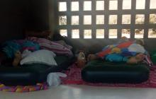 Jeison Julio y Anthony Pérez duermen en colchones inflables en la estación.