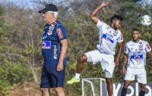El técnico Julio Comesaña en un entrenamiento del Junior este año.