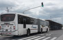 Un articulado de Transmetro llega a la estación Pedro Ramayá, en cumplimiento de su ruta.