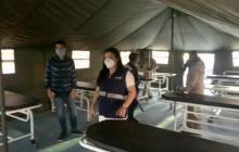 La directora encargada del Dadis, Johana Bueno, en el interior del hospital de campaña donado e instalado por la Armada Nacional.