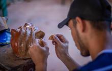 Un artesano del Atlántico trabaja una pieza en arcilla.