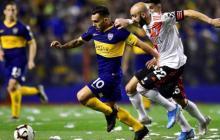 Acción de un duelo entre Boca Juniors y River Plate.
