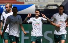 Leonardo Bittencourt celebrando su gol junto a tres compañeros más del Werder Bremen.