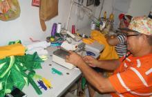 Gustavo Pérez durante una jornada laboral en su taller de Artes Gráficas.