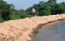 Estas son las trincheras a lo largo de un kilómetro en el río Ariguaní. Las hacen para desviar el cauce.