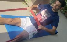 El tenista José Bendeck en una de las rutinas de ejercicios que aplica en casa.