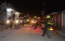 Unidades de la Policía recorren los barrios para verificar el cumplimiento del toque de queda.