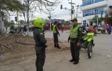 Personal de la Policía Metropolitana controla los seis barrios que se encuentran cercados en Cartagena por tener el mayor número de contagios.