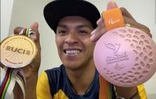 El ciclista colombiano Diego Dueñas posa con dos de sus medallas ganadas.