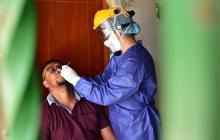 Un profesional practica una prueba de COVID-19.