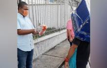 El diputado Yahir Acuña y su esposa, la congresista Milene Jarava, han entregado ayudas humanitarias y elementos de protección a familias vulnerables, a contagiados con el virus, a taxistas y vendedores informales.