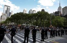 """Nueva York """"reimaginará y reinventará"""" su policía tras protestas"""