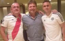 Rafael Santos Borré junto a su padre, Ismael (izquierda), y su representante, Helmut Wenin (centro).