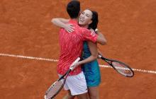 El serbio Novak Djokovic abrazándose con su compatriota Jelena Jankovic.