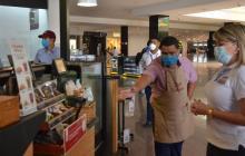 La alcaldesa Virna Johnson inspeccionó el cumplimiento de los protocolos de bioseguridad en los establecimientos comerciales de la ciudad.