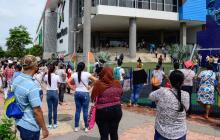 Cientos de ciudadanos hacen fila para ingresar a un centro comercial en Soledad.