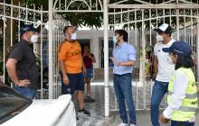 El alcalde Pumarejo explica a varios ciudadanos por qué es necesario extremas las medidas sanitarias.