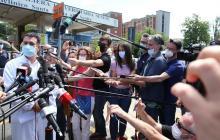 El doctor Roberto Gusinu entregando el último informe sobre la salud de Zanardi.