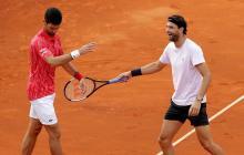 Dimitrov y Djokovic bromeando durante el torneo benéfico organizado por el serbio.